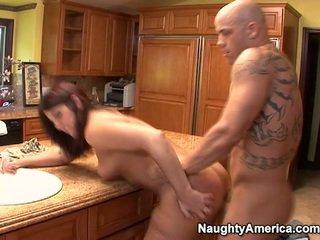 老人 has thang onto キッチン counter