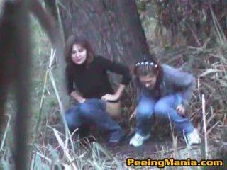 Tüdrukud tabatud pissimine sees the metsas