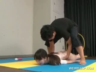 Aziāti gymnast sucks coachs shaft kamēr treniņš