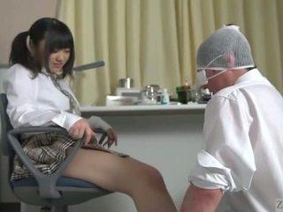 Subtitled japoniškas mokinukė facesitting salvation