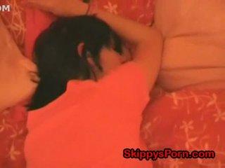Gira jovem grávida é a dormir