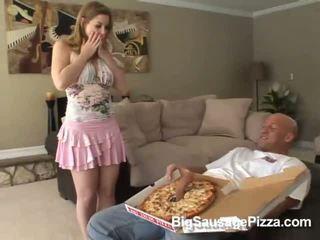 Schattig brunette doing pijpen en titsjob voor pizza guy met pizza op