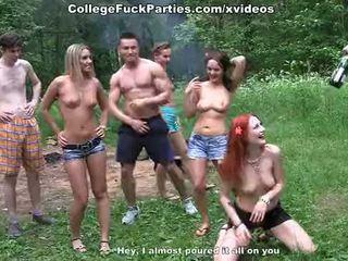 Filthy koledžas sluts eilė an lauke vakarėlis į laukinis šūdas fest scena 2