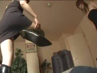 Two japonez fete în cizme kicking o sclav