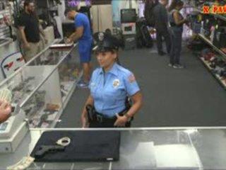 Politie officier met reusachtig boezem got geneukt in de achterkamer