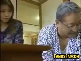 Aasia samm tütar koos the vana mees