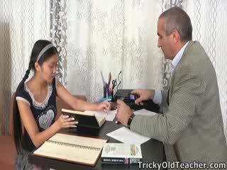 Este asiática estudiante es loving la atención desde su tutor