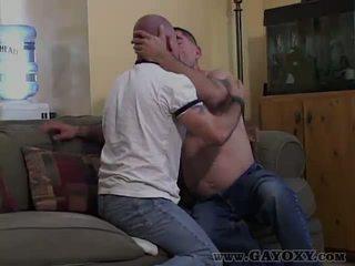 Seks tanpa kondom homoseks pria giving terangsang mengisap penis