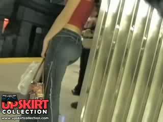 I levo my skrite delo v the underground in zasačeni to ljubko punca v ozko kavbojke