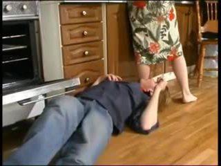 Rus mama și o tineri plumber