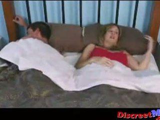 Boşalma örtülü ve oğlan içinde the kız oğlanı sikiyor oda