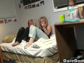 Tineri cuplu futand pe camera