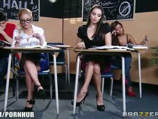 기절시키는 브루 넷의 사람 여학생 seduces 그녀의 뜨거운 금발의 classmate