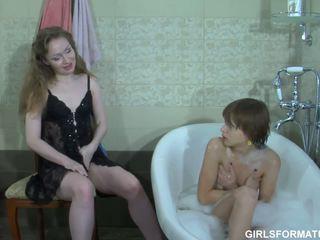 Two kiimas lesbid mängima koos iga teised muff sisse vannituba