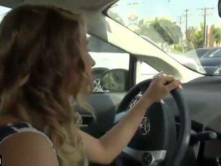 Mobil digawe nggo tangan while driving