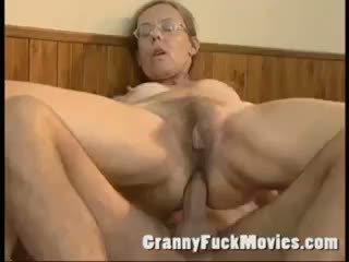 Senas senelė pakliuvom sunkus į jos plaukuotas šikna