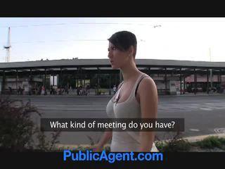 Morena gets porca para dinheiro em público