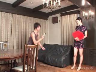 性感 日本語 在 geisha outfit gets 胸部 squeezed