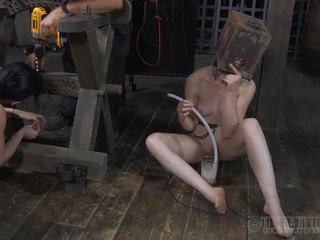 Punishment के लिए लड़कियां निपल्स