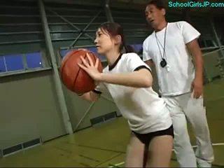 Schoolmeisje in opleiding jurk fingered door de coach op de basketbal opleiding
