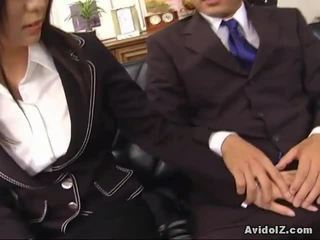 Сексуальна секретарка satomi maeno touches an потворна хуй!