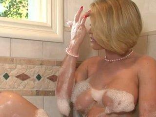 Lascivious miúda krissy lynn pleasures dela twat iwth dela fingers em o casa de banho tub