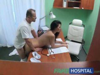 Fakehospital doktori fucks porno aktore mbi tavolinë në private clinic