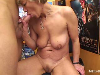 Sexy bjonde moshë e pjekur fucks atë në the video dyqan: pd porno e4