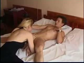 Petite russe mature et younger (amateur mère mère milf vieille blonde olderwoman ado 18 madmaxxx )