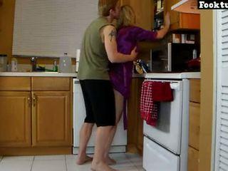 Äiti lets poika hissi hänen ja jauhaa hänen kuuma perse asti hän cums sisään hänen shortsit