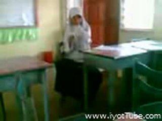 Video - malibog na classmate pinakita ang pepe sa klasë