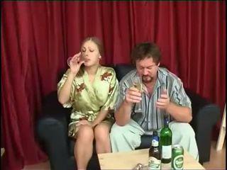 Padre fucks hija después bebiendo cerveza