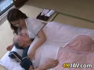 Rondborstig japans huisvrouw