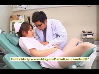 Akiho yoshizawa szexi ázsiai ápolónő enjoys teasing a doktor