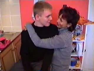 Olga koos tema poeg sisse köögis