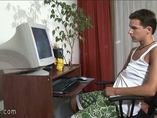 B-y κοιτώντας γκέι βίντεο και stroking μακριά από