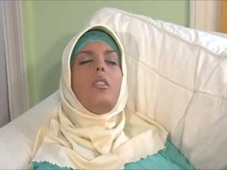 स्टन्निंग muslima में hijab साथ महान बॉडी होती हे एक sexaddict