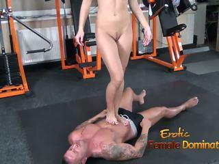 Abbie cat tramples επί σκλάβος σε τζίν τότε γυμνός/ή: hd πορνό b8