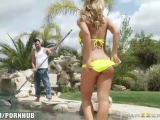 Verblüffend bikini clad heiße exotin nicole aniston fucks sie poolboy
