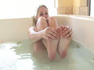 Alanna 令人驚嘆 金發 孩兒 打 同 她自己 在 該 tub