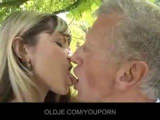 Jaunas nešvarus blondinė suvilioti an senas guy