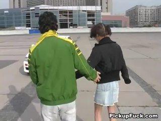 Jauns meitene par roller skates sucks dzimumloceklis par balkons