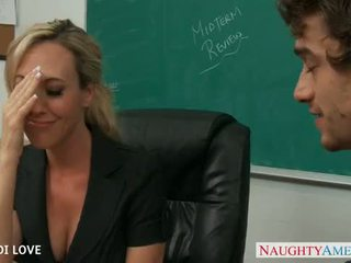 Blonda invatatoare brandi dragoste calarind pula în sala de clasa