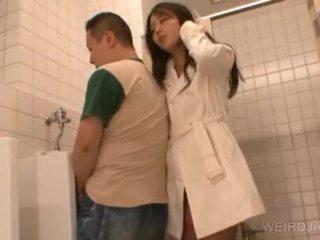 Bitchy aasialaiset teinit gives suihinotto sisään julkinen