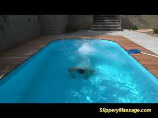 Slippery massage nana likes à obtenir baisée et takes oral