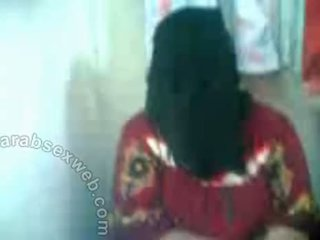Arab hottie 에 hijab exposes pussy-asw577