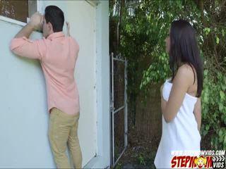 Peeping tom ends jusqu'à baise son gros seins gf et son belle mère
