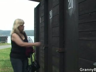 Зріла gets nailed в the changing кімната