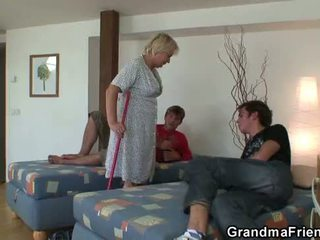 Blondin gammal mormor takes two cocks