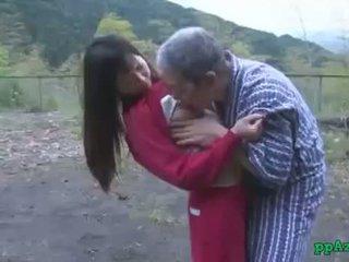 아시아의 소녀 getting 그녀의 고양이 licked 과 엿 로 늙은 사람 정액 에 바보 옥외 에